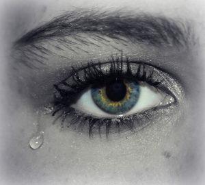 突然の涙が止まらない女性