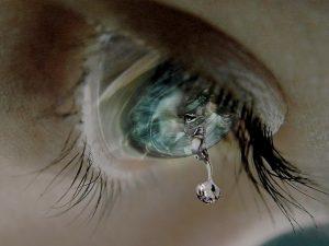 急に涙が出る女性