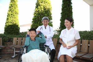 子供の笑顔を見て仕事のやりがいを感じる看護師