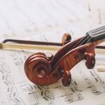 クラシック音楽を聴くと心が落ち着く2つの理由|なぜモーツァルトを聴くと眠れるのか